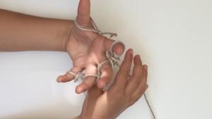 Fingerstricken klappt schon mit Kleinkindern
